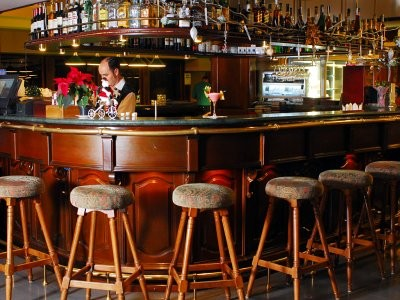 Бар стойка, неотъемлемая часть интерьера и рабочее место бармена
